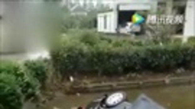 เก๋งจีนตกแม่น้ำ 11 พลเมืองดีโดดช่วยรอดปลอดภัยทั้งครอบครัว