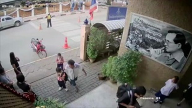 เปิดคลิปตำรวจฮีโร่ พุ่งช่วยเด็กไม่ให้ถูกรถชน จนตัวเองล้มกลิ้ง
