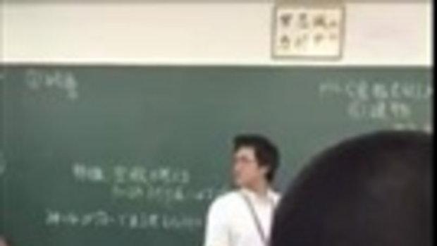 แฉคลิปนักเรียนกร่าง โชว์ถีบคุณครูหนุ่มหน้าชั้น เหตุไม่พอใจให้เก็บโทรศัพท์