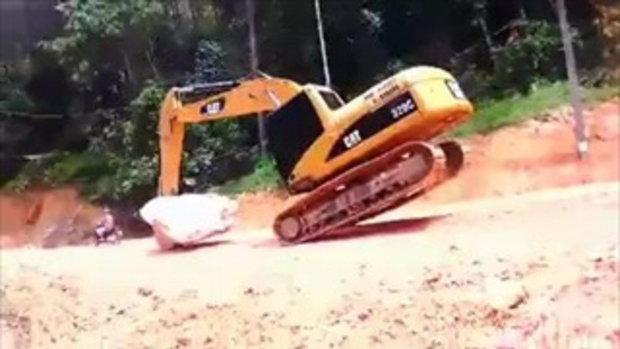 ท่ายากพี่เยอะ! รถตักดินโชว์ลีลาการขนหินก้อนใหญ่ ในแบบที่ไม่ซ้ำใคร