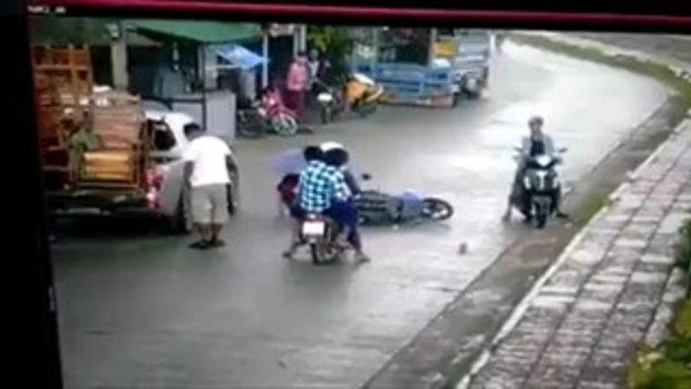 วินแสบ!! เห็นสาวขับมอไซค์ล้ม กระเป๋าตังหล่น แทนที่จะช่วย กับเชิดกระเป๋าตังไปหน้าตาเฉย