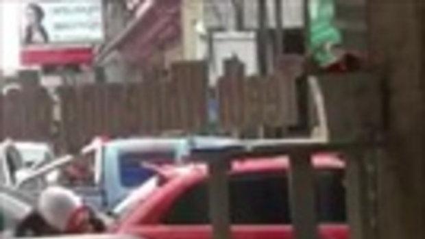 อึ้งทั้งถนน! เก๋งถอยกระแทกตำรวจกระเด็น ขับหนีชนจยย.ล้ม
