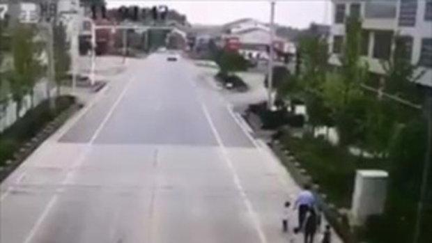 อุทาหรณ์! เล่นโทรศัพท์มือถือขณะขับรถ พุ่งชนครอบครัวเดินริมถนนดับคาที่รวด 5 คน
