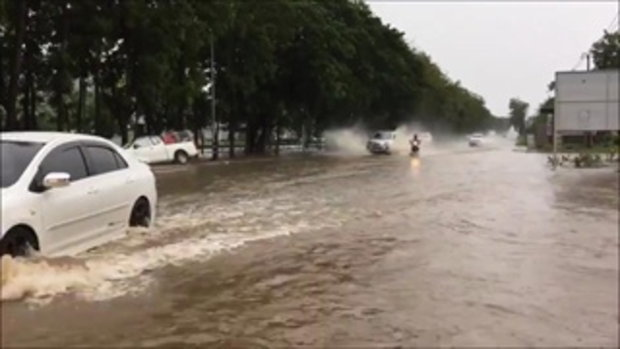 ใจร้อนไปไหน เผยคลิปกระบะซิ่งสนั่นไม่สนถนนเกิดน้ำท่วมขัง ยังไปชนท้ายคนอื่น
