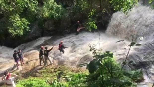 คลิปนาทีชีวิต ฝรั่งใจกล้าโดดน้ำตก ช่วยหนุ่มไทยที่จมหายไป