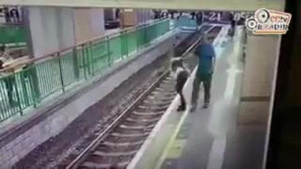 พนักงานหญิงถูกผลักกระเด็นตกรางรถไฟใต้ดินฮ่องกง