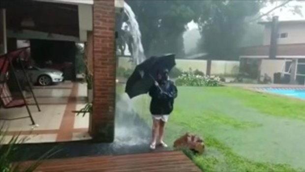นาทีชีวิต! แม่ปล่อยลูกเล่นน้ำฝนนอกบ้าน สุดท้ายช็อกหนัก หวิดเจอฟ้าผ่าเปรี้ยง