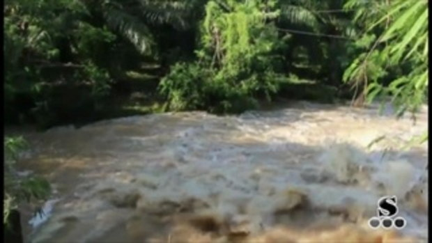 Sakorn News : น้ำจากเขาอ่างฤาไนไหลกัดเซาะถนนพัง