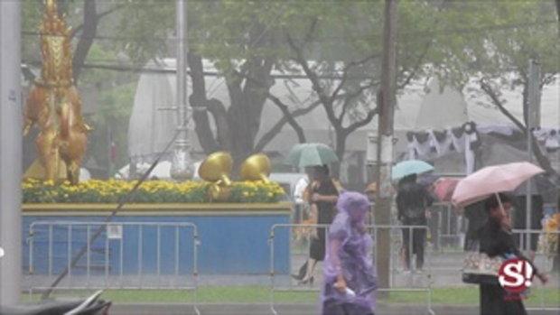 ฝนตกหนัก แต่ไม่อาจกั้นพลังแห่งความรักพ่อ