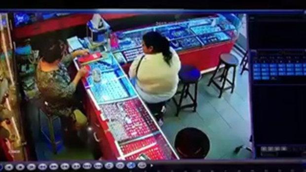 นาทีระทึก!คนร้ายรายบุกเดี่ยวใช้มีดจี้ร้านทองกลางเมืองจันทบุรี