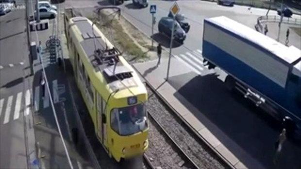 สุดสยอง! นาทีหญิงยูเครน ประมาทไม่ทันมอง โดนรถไฟชนจนขาขาด