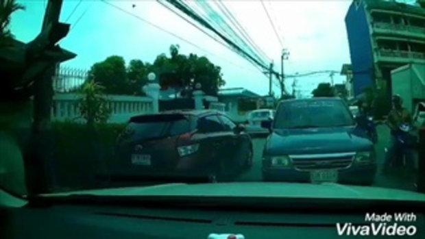 โซเชี่ยลถล่มยับ สาวขับรถเจอลุงกร่างควักสปาต้ามาข่มขู่
