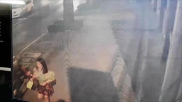 """เตือนภัย """"หญิงสาว"""" โดนโจร ขี่ จยย. มากระชากกระเป๋า พร้อมลากจนล้มกลิ้งไปกับพื้น"""