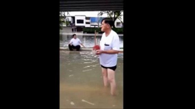 ไม่มีทางเลือกอื่นแล้ว ชาวบ้านอ่วม ต้องลอยโลงศพฝ่าน้ำท่วม