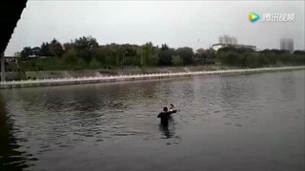 แม่ช็อก! เข็นรถเข็นลูกน้อยข้ามสะพาน เจอชายแปลกหน้าโผล่อุ้มโยนลงแม่น้ำ