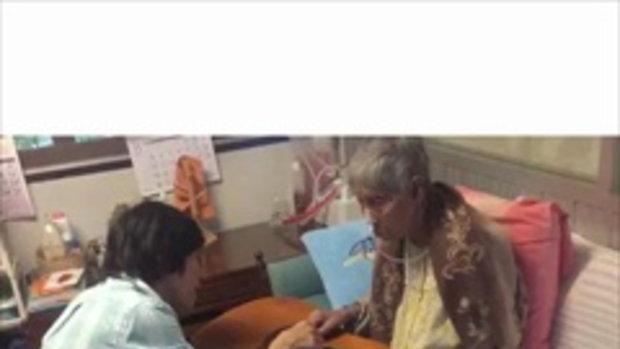 ปุ๊ อัญชลี สอนคุณแม่วัย 96 เล่นกีต้าร์ เปิดหมวกหาเงินสมทบ ตูน