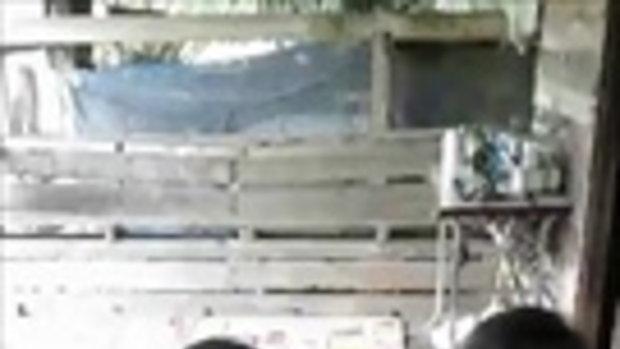 ได้ใจคนเมืองคอน หนุ่มตูน แหวกทางวิ่ง เข้าไปหาหญิงชราที่นั่งรถเข็นถึงในบ้าน