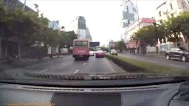 จวกสนั่นเน็ต! คลิปรถร่วมขับปาดทั่วถนน ขณะผู้โดยสารเต็มคัน