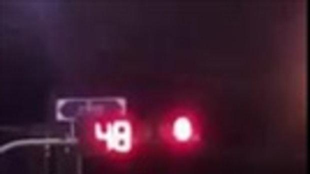 หนุ่มโพสต์คลิป ติดไฟแดง ตัวเลขเพิ่มขึ้นเรื่อยๆ ลั่น ต้องแก่ตายอยู่ตรงนี้ใช่ไหม