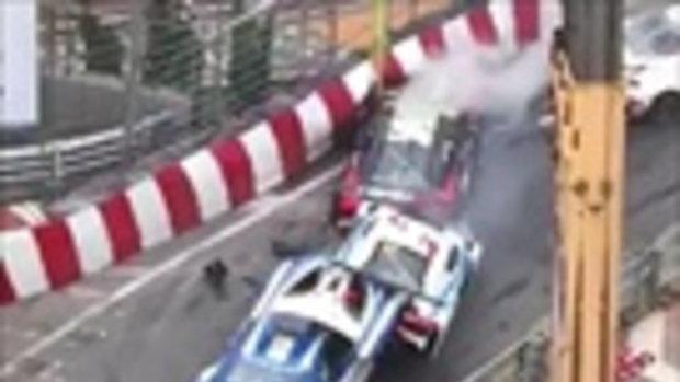 พลาดคันเดียว พังทั้งแก๊ง เผยคลิปนาทีรถแข่งชนกันสนั่นทั้งถนน เหตุเกิดแค่เสียหลัก