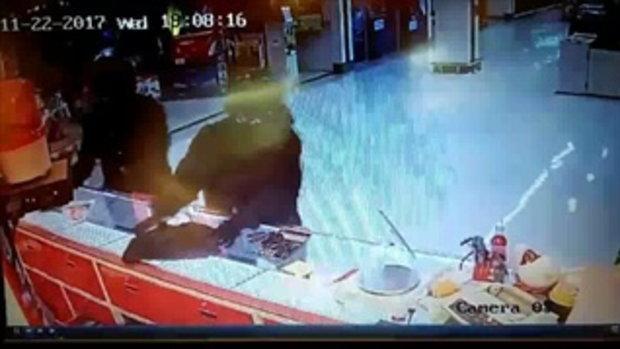 เปิดภาพวงจรปิด!! 3 คนร้าย บุกปล้นทองกว่า 10 ล้านบาท โลตัสชลบุรี