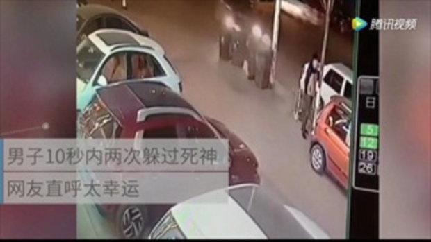 สุดระทึก ชายจีนเคราะห์ดี หวิดถูกรถชน-เสาล้มทับ