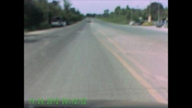 คลิปกล้องหน้ารถ หนุ่มโคราชซิ่งกระบะหลับในชนรถบรรทุก 6 ล้อ เมียดับคาที่