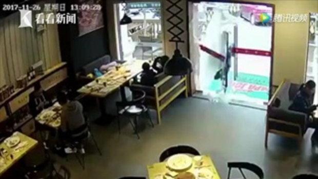 ทั้งอึ้งทั้งงง หนุ่มส่งอาหารรีบจัดวิ่งชนประตูกระจกแตกกระจาย