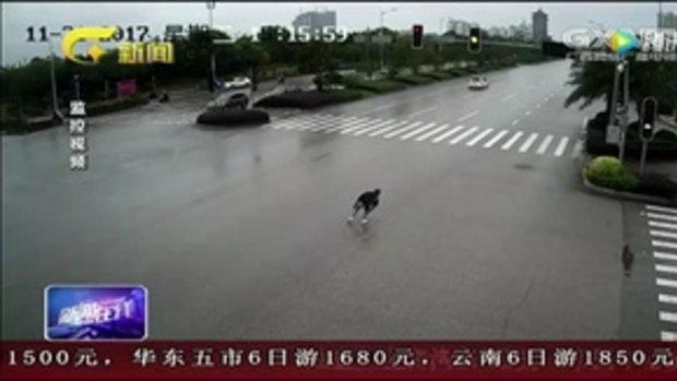 ระทึก หญิงจอดรถติดไฟแดง เจอทุบกระจกปล้นกลางถนน