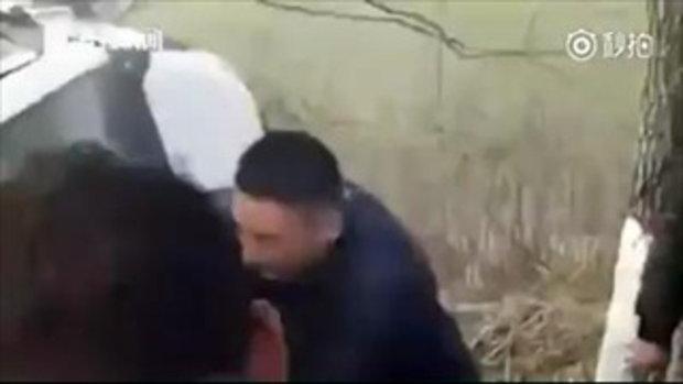 ใจหล่อมาก ชายจีนใช้มือเปล่ากระชากกระจกรถช่วย 2 ชีวิตรอด