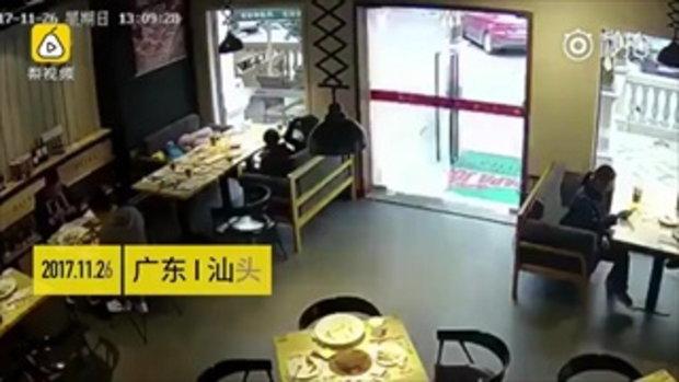 แตกคามือ !! พนักงานส่งอาหารยืนอึ้งคาราวจับ หลังสอยประตูกระจกแตกละเอียดทั้งบาน