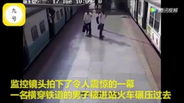หนุ่มอินเดียถูกรถไฟหนีบติดซอกชานชาลา เดชะบุญรอดปาฏิหาริย์