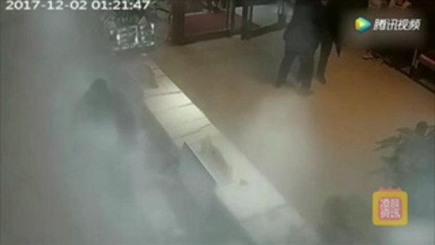 ชายจีนจองห้องไม่ยอมบอกชื่อ คว้าถังดับเพลิงฉีดใส่พนักงาน