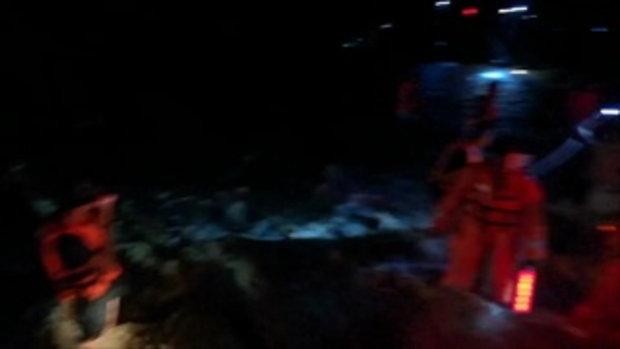 ระทึก!น้ำป่าซัดรถบัสพลิกคว่ำที่อ.สิชล ตาย 2 ศพ