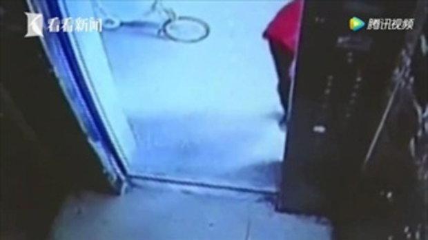 ชายจีนช้ำสาวผิดนัด เจอเด็กหญิง ตามติดก่อนเข้าอุ้มตัวหวังแก้แค้น