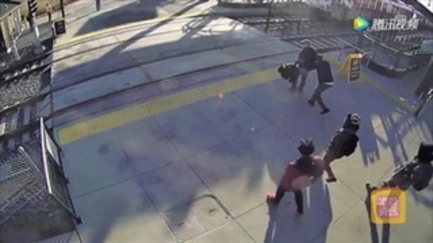 ชายตาบอดไม่รู้รถไฟกำลังวิ่งมา โชคดีได้หนุ่มดึงตัวไว้ทัน