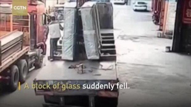 หัวใจจะวาย! กระจกมัดใหญ่ล้มใส่คนงาน แตกกระจายฝังกลบทั้งร่าง