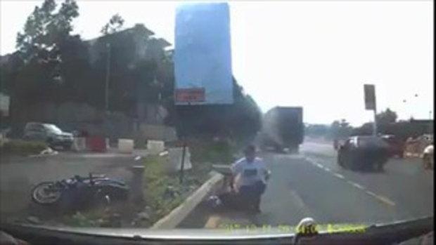 เสี้ยวนาทีมรณะ เตือนภัยรถเล็กไม่ควรเข้าใกล้รถใหญ่ อาจไม่ได้โชคดีแบบนี้เสมอไป