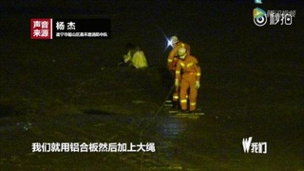 3 สาวจีนเมาเป็นเรื่อง เดินเล่นริมแม่น้ำ เกิดลงติดโคลนลึกถึงเอว