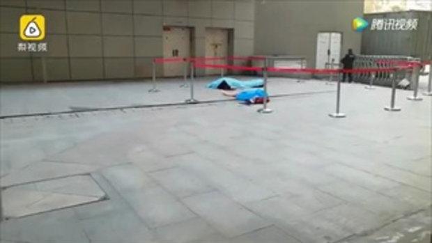 เศร้า! รปภ. เห็นสาวโดดตึก รีบไปยืนรอรับ หวังช่วยชีวิต แต่สุดท้ายดับทั้งคู่