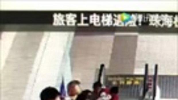 ใจหายวาบ คุณยายชาวจีนอุ้มหลานหวิดพาล้มบนบันไดเลื่อน
