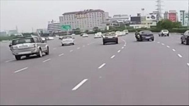 ไปปลุกเสกวัดไหนมา แชร์ว่อนคลิปชายขี่บิ๊กไบค์ล้มกลิ้งกลางถนน คนล้มแต่ รถไม่ล้ม