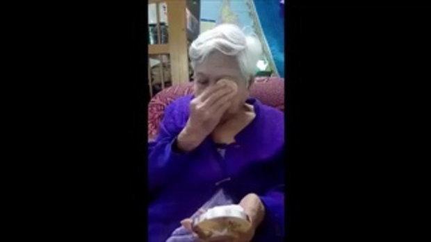 การตลาดน่ารัก !! คุณยายช่วยหลานขายแป้ง ลงทุนรีวิวแต่งหน้าให้ดูเอง หัวเราะมีความสุข