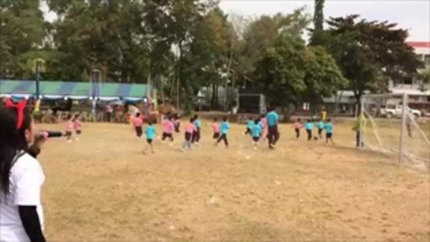 ฮาทั้งโรงเรียน !! กีฬาสีสุดมัน ฟุตบอลเด็กอนุบาล เตะกันดุเดือด ครูต้องเรียกให้กลับมา