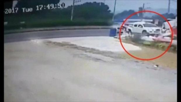 ระทึก! กระบะจอดซื้อของริมถนนรถพุ่งชนท้ายพังยับ