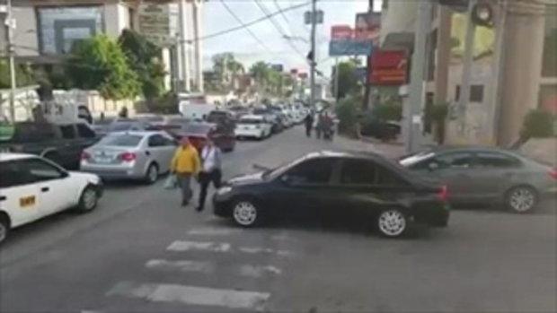 เมื่อเจ้าของรถ จอดรถทับทางม้าลาย เจอคนข้ามทางม้าลายเอาคืนแบบนี้