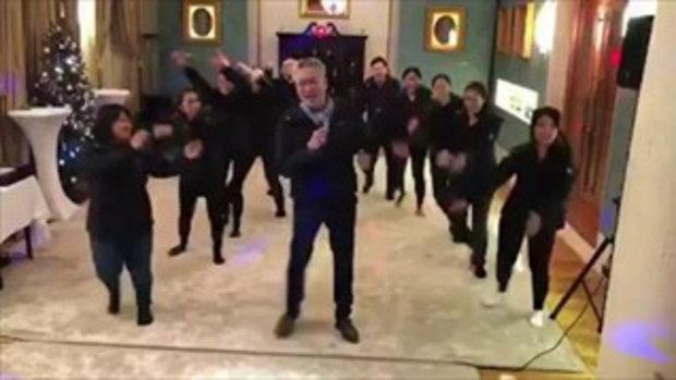 ทูตไทยประจำอังกฤษ เต้นเป็นของขวัญวันคริสต์มาสและปีใหม่