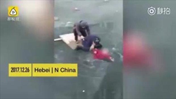 คลิปนาทีชีวิต หนุ่มจีนร่วมมือช่วยอาม่าติดในแม่น้ำที่กลายเป็นน้ำแข็ง