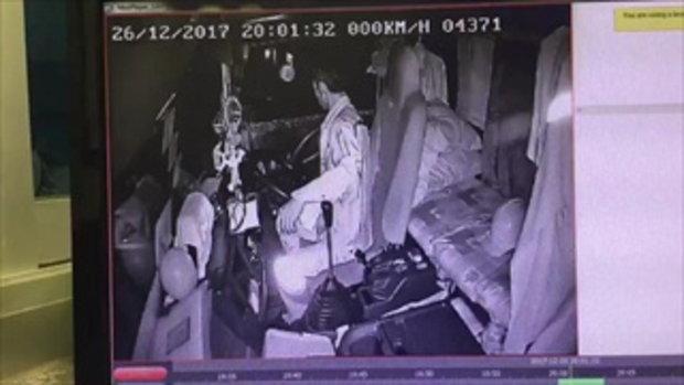 คลิปหลักฐาน!! ตามจับให้ได้ กระบะปาดหน้าแล้วลงมาตะบันหน้าลุงรถน้ำมัน