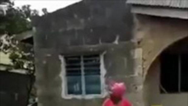 สุดฮา!! หญิงพบโดรนบินเหนือบ้านงงคืออะไร พอเข้าใกล้ กลับกลัววิ่งหนีผ้าถุงหลุด